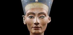 Kalkstein, Stuck, bemalt (Amenophis (Amenhotep) IV. / Echnaton (1351 - 1334 v.Chr.)) von   Thutmosis   Objektmaß 49 x 24,5 x 35 cm  en face  Inventar-Nr.: ÄM 21300  Grabungsort (Ortsteil): Anwesen / Raum 19 (7) / P / 47.02  Grabungsort (Land): Ägypten  Grabungsort (Ort): Amarna  Person: Nofretete [14. Jh.v.Chr.], Königin von Ägypten, Gemahlin des Echnaton (Amenophis IV.), 18. Dynastie  Motiv 35 von 47  Systematik:   Personen / Antike / Porträts / Nofretete / en face